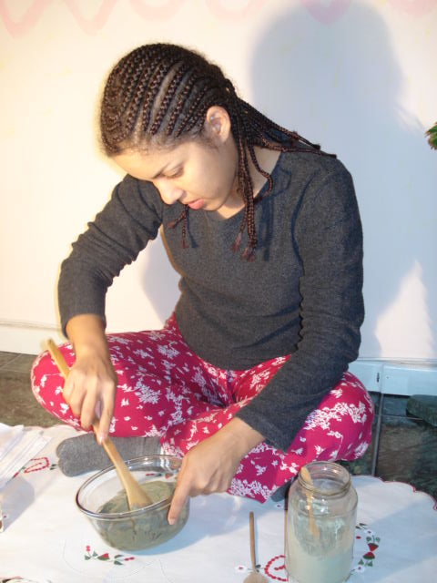 Wanda Patrocinio preparanda uma pasta de argila