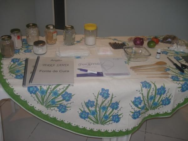 Mesa com argila e outros materiais do curso